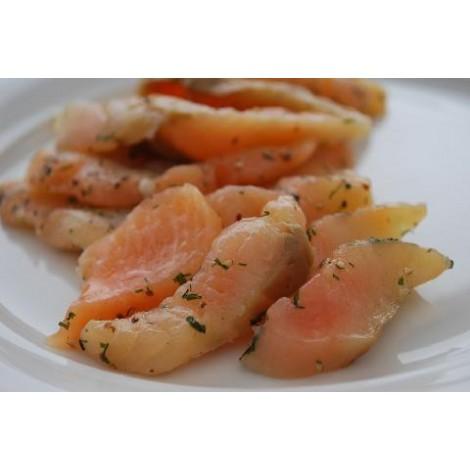 Ritagli di salmone crudo marinato